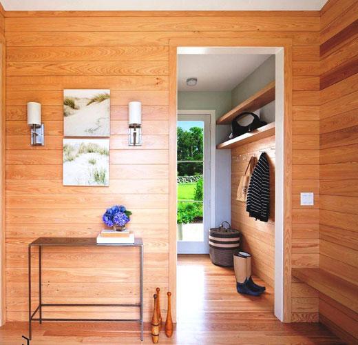 Лаконичная прихожая деревянного дома