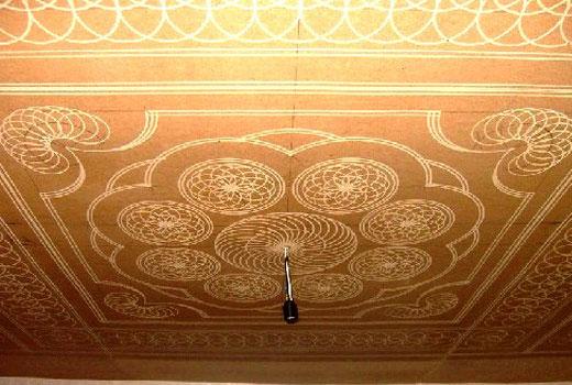 Орнамент на потолке двп