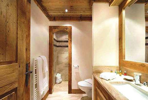 Светлая отделка ванной комнаты в деревянном доме