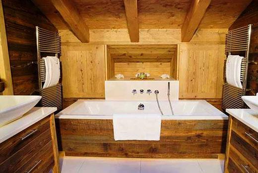 Ванная в интерьере деревянного дома
