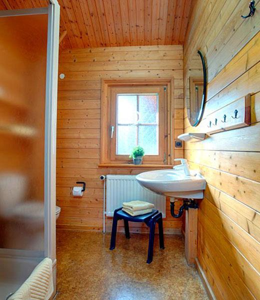 Умывальник в ванной деревянного дома