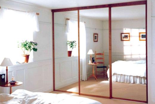 Встроенный шкаф возле окна