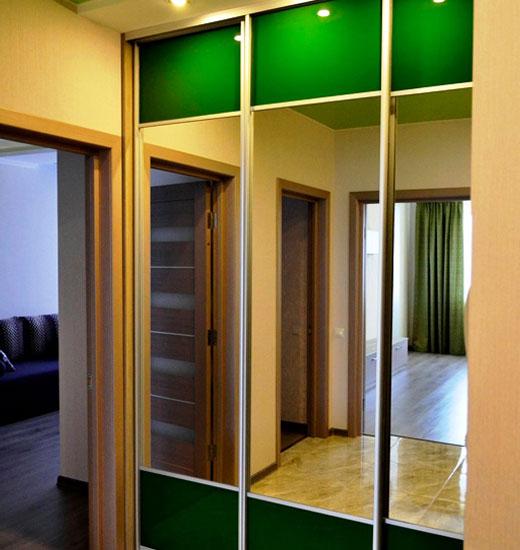 Встроенный раздвижной шкаф в коридоре