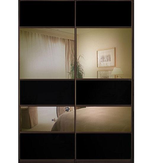 Зеркала на раздвижных дверках шкафа затонированы