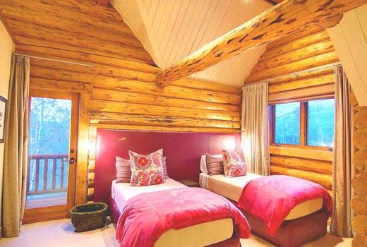 Интерьер спальни деревянном доме