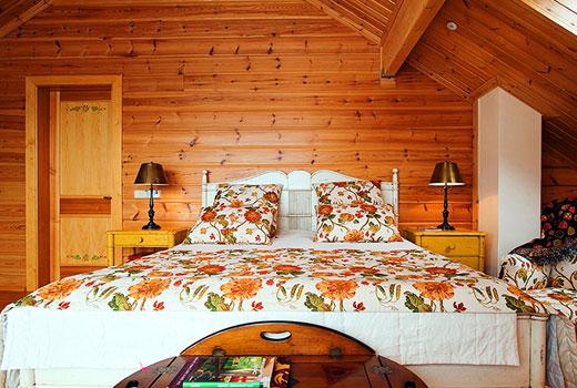 Текстиль в спальне деревянного дома