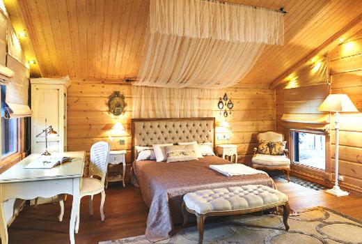 Уютная спальня в деревянном доме