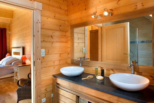 Спальня с санузел в деревянном доме