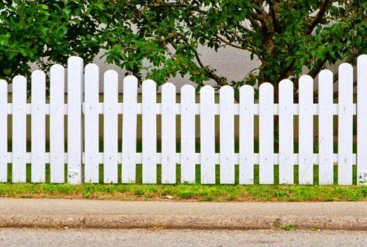 Белый деревянный штакетник