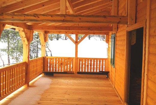 Просторная деревянная терраса