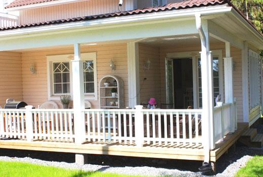 Белая терраса деревянного дома