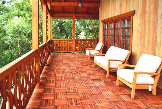 Терраса вдоль деревянного дома