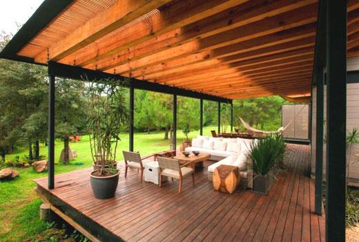Навес над террасой деревянного дома