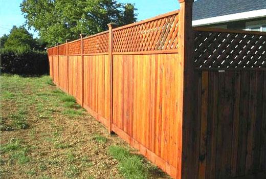 Сплошной деревянный забор с декоративной решеткой