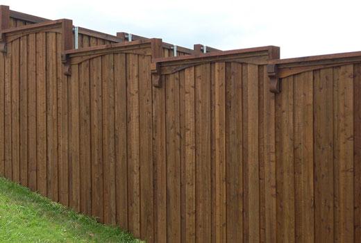 Деревянный забор на склоне