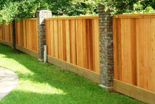 Забор деревянный с кирпичными столбами