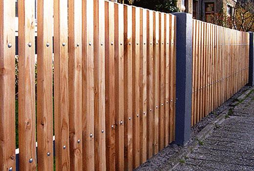 Забор с металлическими опорными столбами