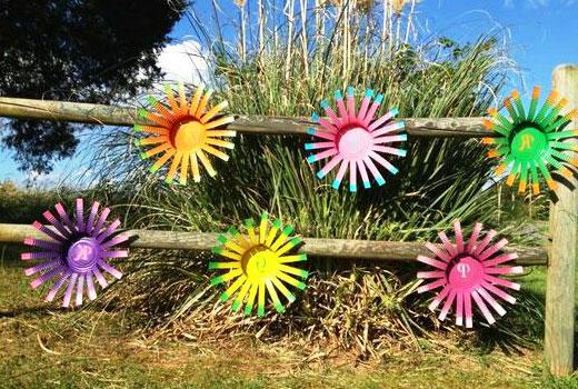 Цветы из пластиковых бутылок на заборе