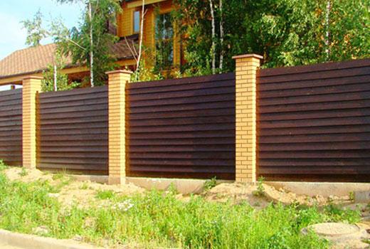Кирпичные столбы для деревянного забора