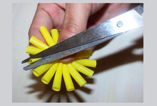 Процесс формирования пластиковых лепестков цветка