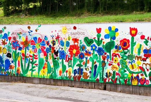 Цветы на бетонном заборе