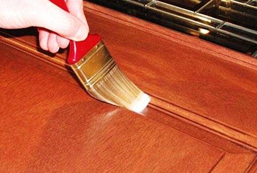 Нанесение лака на мебель кистью