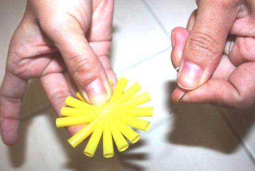 Деталь цветка из пластиковых трубочек