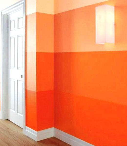 Оранжевые полосы на стенах комнаты