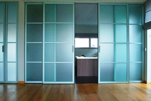 Двери раздвижные со стеклянными вставками