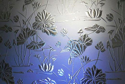 Орнамент на дверном стекле