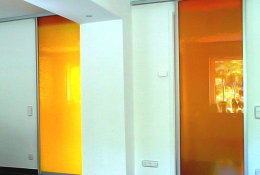 Яркие стеклянные двери