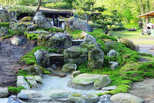 Камни с мхом для водопада