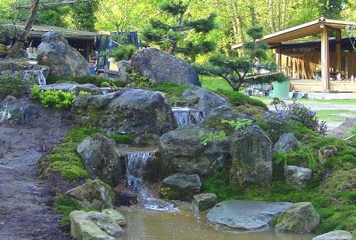 Водопад каменистый во дворе