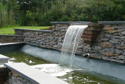 Отвесный водопад в саду