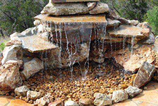 Маленький садовый водопад