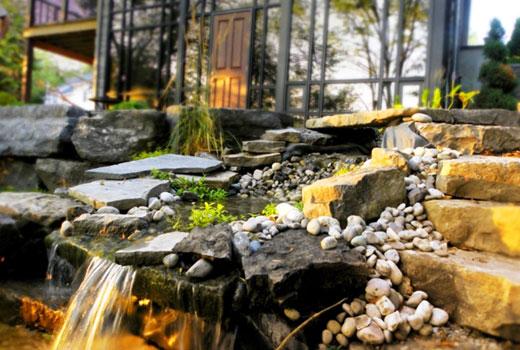 Водопад  у входа в дом