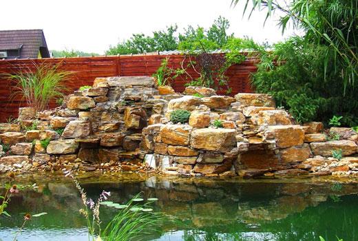 Водопад в ландшафте сада