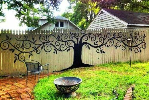 Дерево на заборе