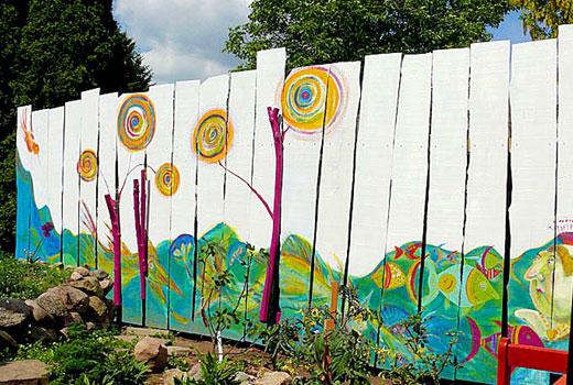 Пейзаж нарисованный на заборе