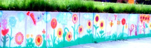 Цветочки на бетонных плитах забора