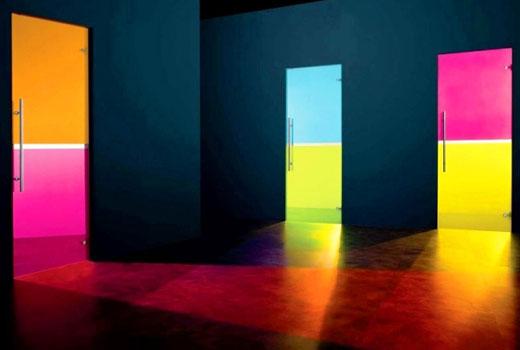 Разноцветные стеклянные двери