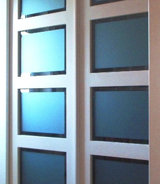 Синее стекло в двери