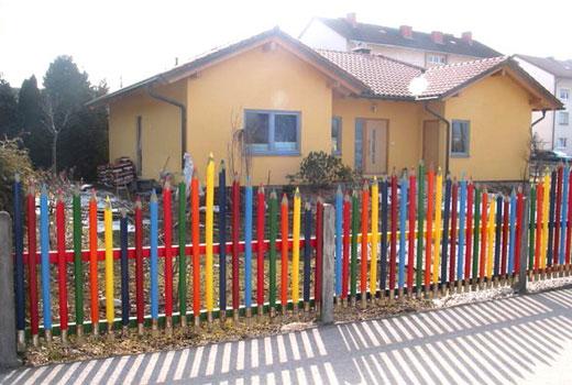 Забор из цветных планок