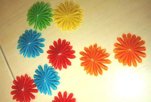 Пластиковые цветы из окрашенных трубочек