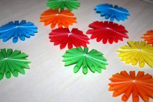 Разноцветные пластиковые цветы