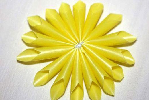 Почти готовый пластиковый цветок