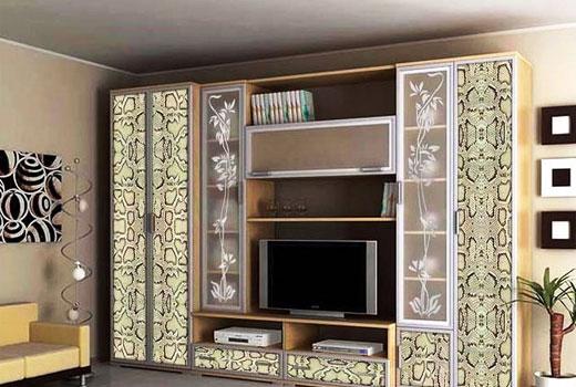 Декорированные дверки шкафов и узоры на стеклах придают набору мебели оригинальность