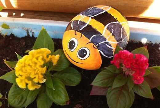 Пчелка на камне рисунок