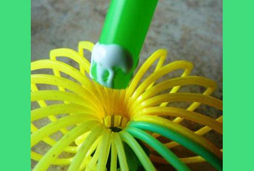 Приклеиваем стебель цветка