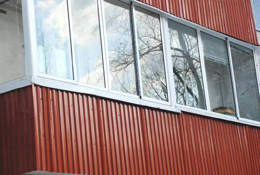 Балкон обшит профлистом